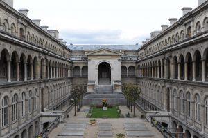 elena-franco_hospitalia_vista-del-cortile-principaledellho%cc%82tel-dieu-di-parigi-2013